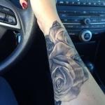 tatouage femme rose hyperrealiste avant bras interieur