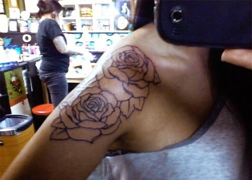 tatouage fleur 2 contours de rose epaule