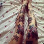 tatouage fleur rose et papillon old school sur les deux jambes