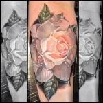 tatouage fleur rose pale effet relief 3d avec rosee
