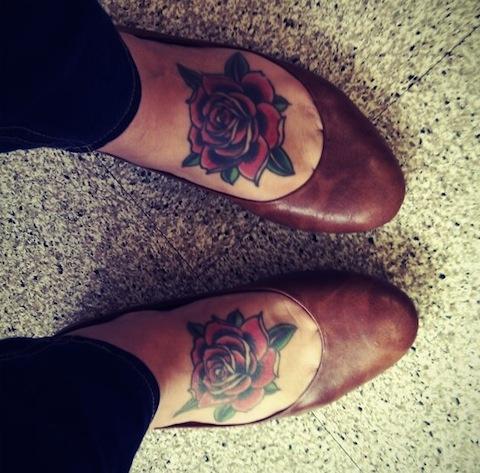 tatouage fleur rose sur chaque pied feminin