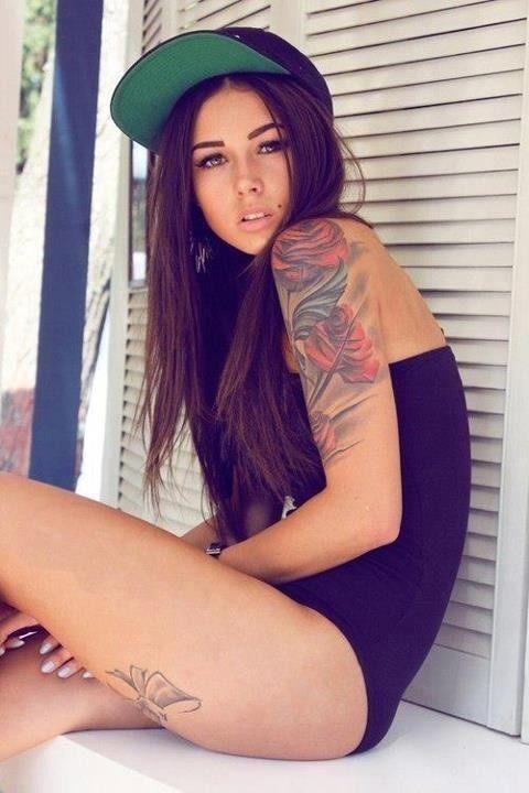 tatouage fleur rose sur epaule et bras gauche