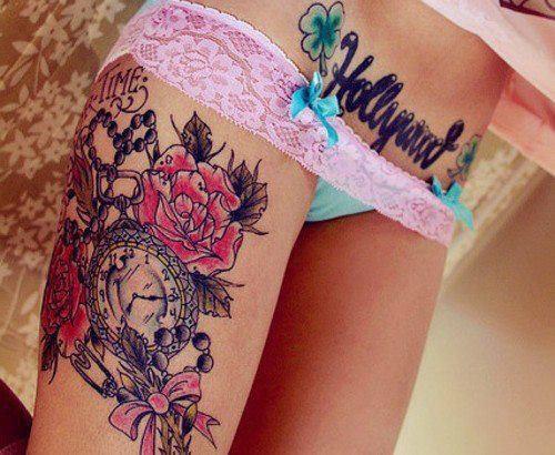 tatouage fleur roses tremieres avec mot chapelet et horloge