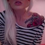 tatouage fleurs roses rouges sur epaule avec phrase