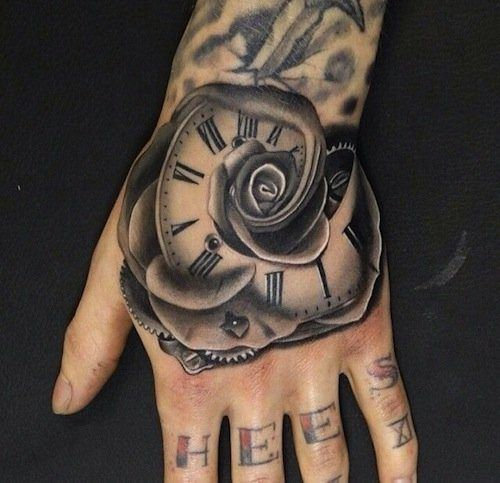 tatouage rose et horloge fusioinnee sur main femme