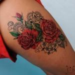 tatouage rose rouge femme cuisse avec mandala