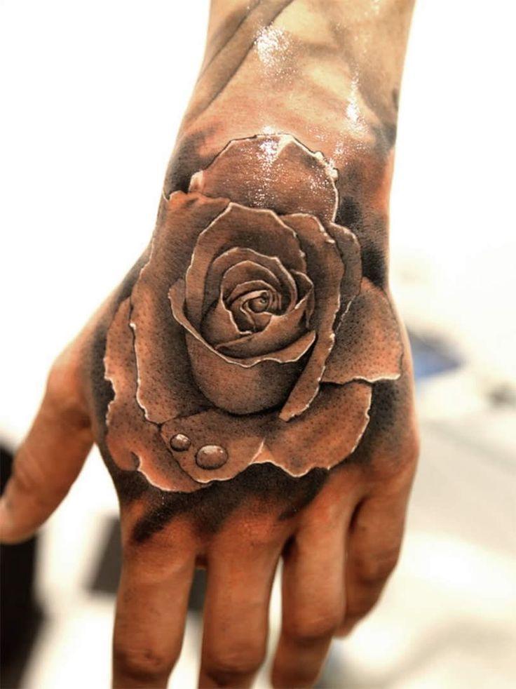 tatouage rose sur main avec perles de rosee effet 3d