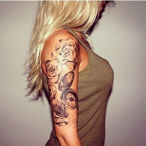 tatouage symboles rose noir et blanc avec horloge