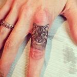 Tatouage doigt index femme tete de chat tigre