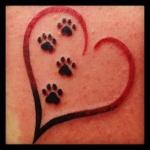 Tatouage empreintes de chat dans coeur femme