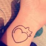 Tatouage femme chat et coeur interieur poignet