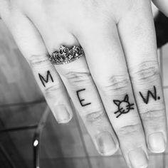 Tatouage femme chat mot sur doigt meow