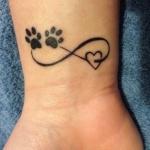 Tatouage femme empreintes de chat et coeur dans symbole infini
