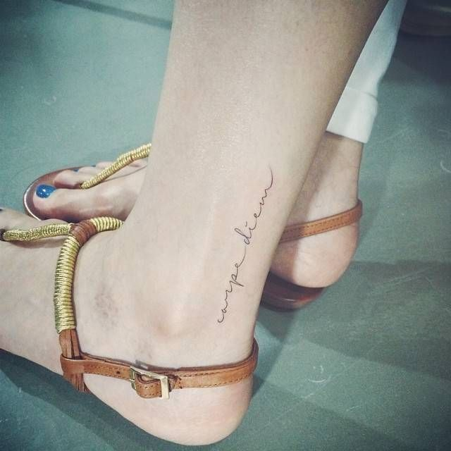 Exemple tatouage discret phrase courte caperdiem femme cheville tatouage femme - Tatouage femme dos discret ...