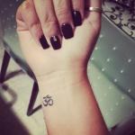 Idee tattoo discret femme interieur poignet symbole om