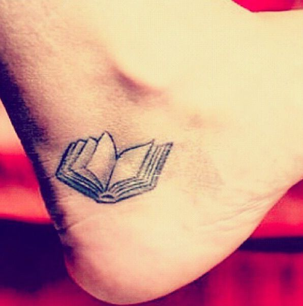 Idee tattoo discret livre ouvert pied femme