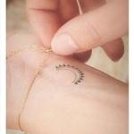 Modele tatouage discret lune et rayon de soleil poignet