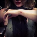 Petit coeur rouge tatoue sur poignet feminin