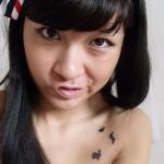Photo tattoo feminin discret 3 petits lapins sur gauche de l epaule