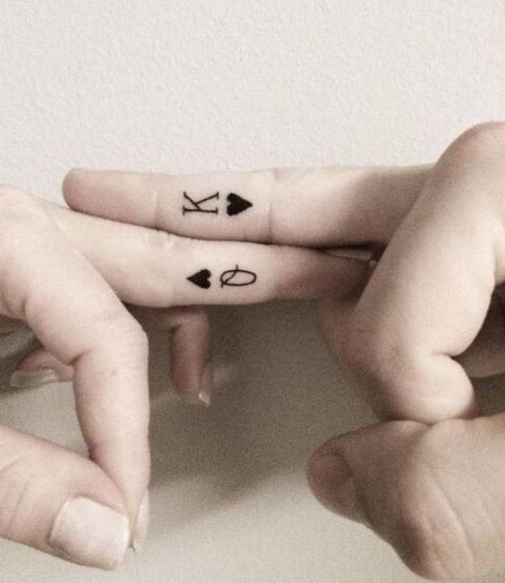 Photo tattoo feminin discret dame de coeur