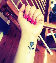 Photo tattoo feminin discret rose noire poignet