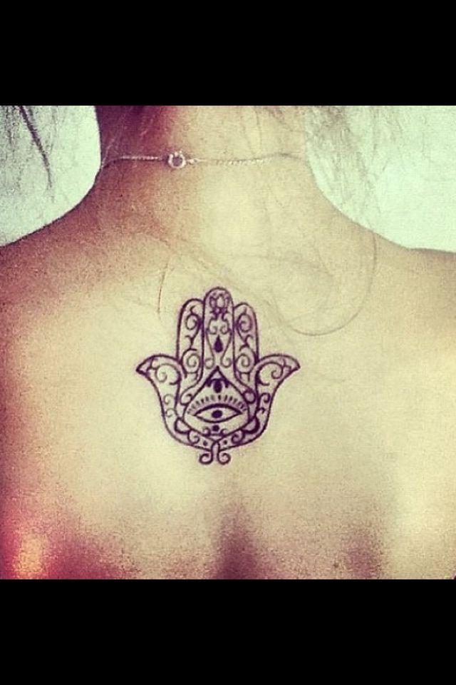 Tatouage discret femme haut du dos sous nuque main de fatma khamsa