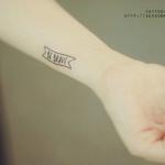 Tatouage discret femme phrase avant bras be brave