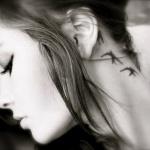 3 hirondelles tatouees sur le cou