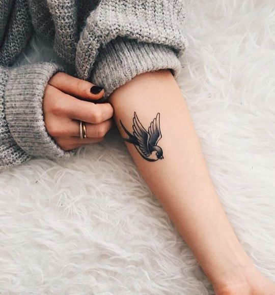 Idee tattoo hirondelle avant bras femme