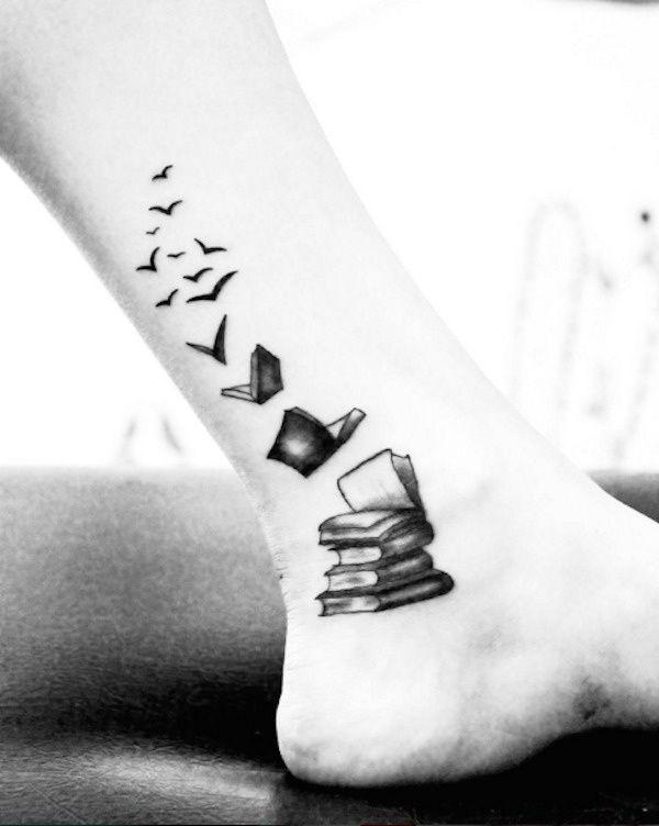 Tatouage femme oiseau s envolant depuis des livres niveau cheville et jambe