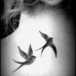 Tatouage nuque oiseau fille oldschool