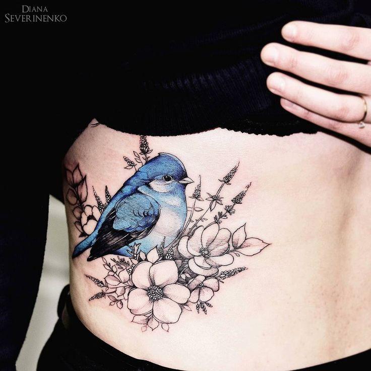 tatouage oiseau bleu avec fleurs flanc femme tatouage femme. Black Bedroom Furniture Sets. Home Design Ideas