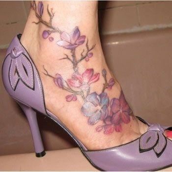 Exemple tatouage couleur fleur de cerisier pied femme