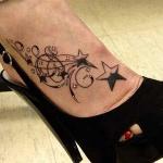 Exemple tatouage pied etoiles et arabesques femme