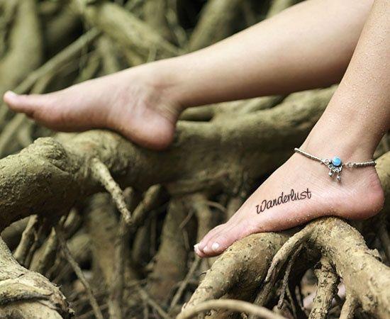 Modele tatouage cote du pied ecriture mot