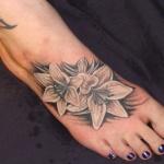 Modele tatouage pied 2 lys blancs