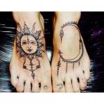 Modele tatouage pied mandala cercle avec soleil et lune