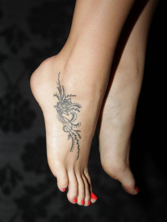 Motifs floraux sur pied femme a tatouer