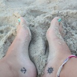 Petits tattoos feminins pied cote ancre et gouvernail