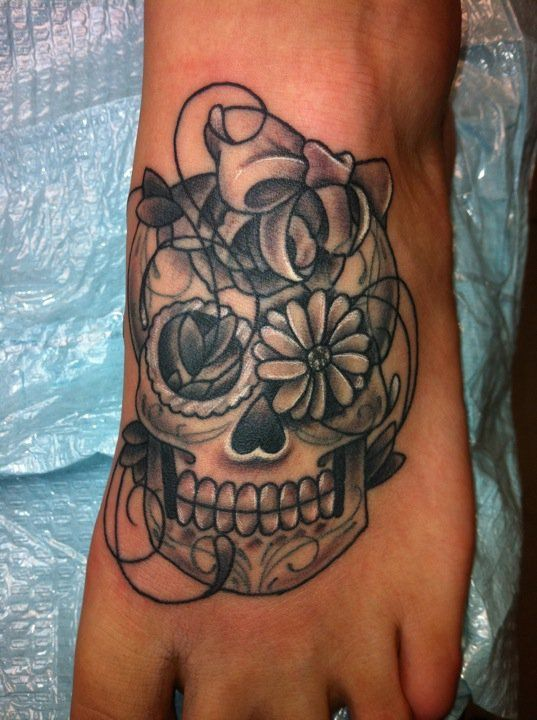 Photo tattoo feminin pied noir et blanc calavera tete de mort