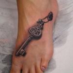 Tatouage 3d cle avec ombre pied femme