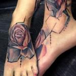 Tatouage femme 2 pieds rose style geometrique