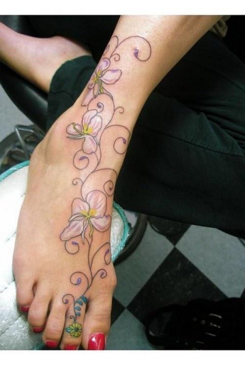 Tatouage femme partant de l orteil vers le haut dupied arabesque fleur