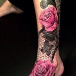 Tatouage femme pied et jambe 2 roses realistes avec guipure effet dentelle