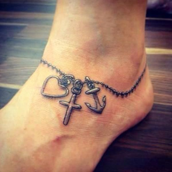Tatouage pied et cheville chainette bijou et 3 pendetifs coeur croix ancre