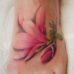 Tatouage pied femme fleur rose realiste avec belle ombre