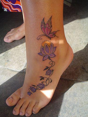 Tatouage pied fille lotus et papillon
