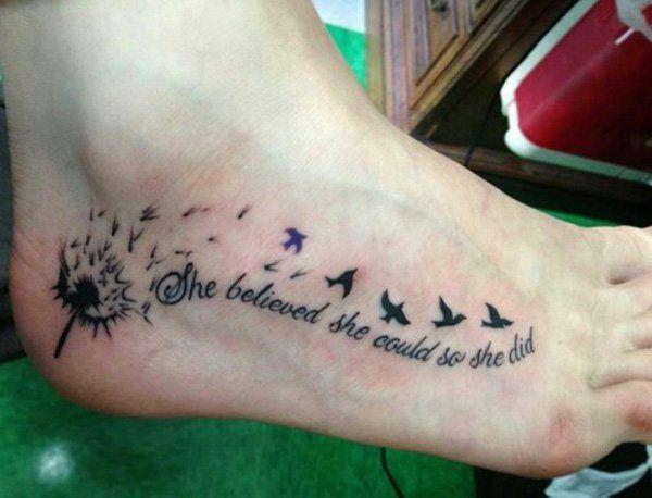 Tattoo cote pied femme dandelion hirondelle et phrase