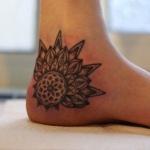 Tattoo mandala fleur de vie onde de forme cote pied