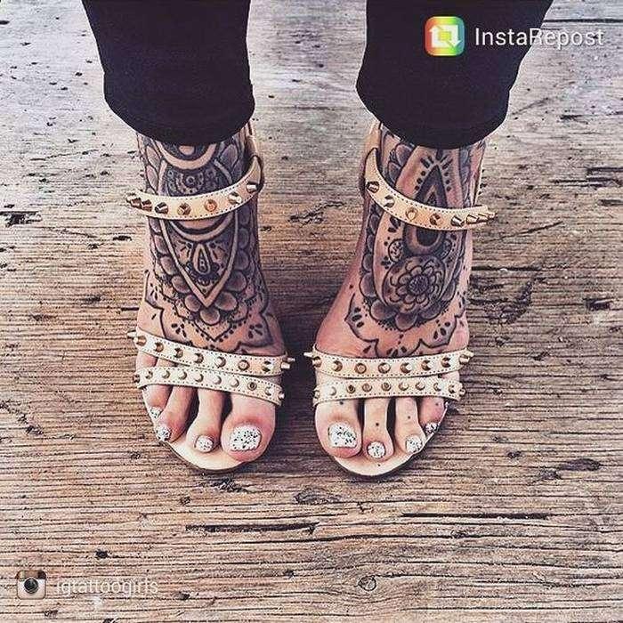 2 tatouages recouvrant les pieds femme mandala tatouage femme. Black Bedroom Furniture Sets. Home Design Ideas